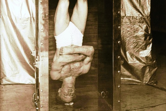 Chinese water torture cell: Harry houdini magic tricks