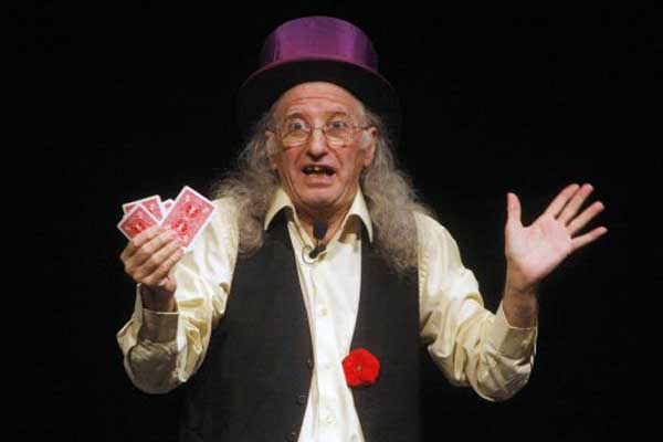 juan tamariz holding cards for his magic trick