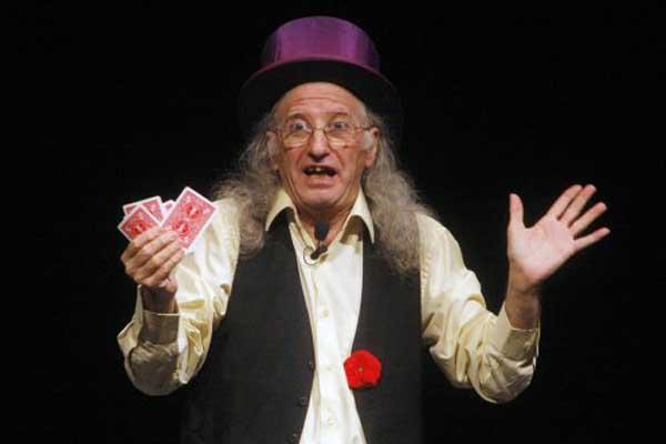 juan tamariz holding cards for his magic trick